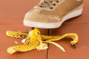 כף רגל דורכת על בננה