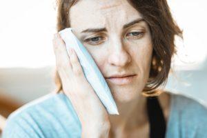 מתמודדת עם כאבים לאחר תאונה - אילוסטרציה